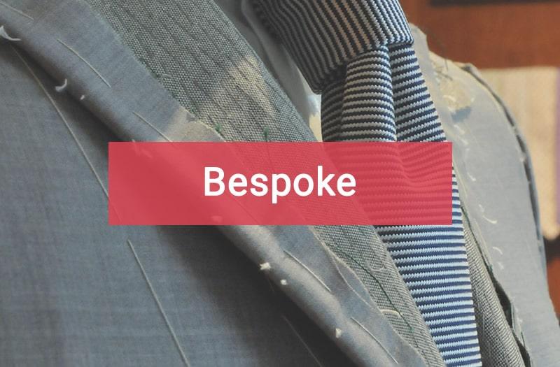 Abito Bespoke con cravatta a righe